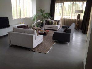 beton gietvloer donkergrijs woonkamer