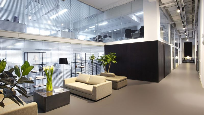 donkergrijze gietvloer kantoor