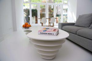 witte gietvloer moderne woonkamer