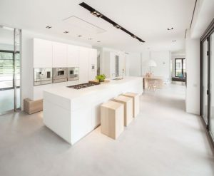 lichtgrijze gietvloer in moderne woning